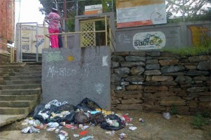 """En El Llanito protestan por estado de escuela: """"Aquí lo que hay es desidia, monte y culebra"""""""