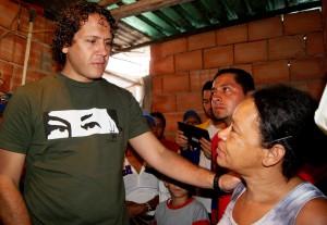 Francisco Garcés recorre y escucha necesidades de la comunidad de Retamal en Los Teques
