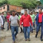 Elías Jaua Milano, entregó ayuda a los habitantes afectados por el desbordamiento del río San Pedro en el municipio Guaicaipuro, Los Teques estado Miranda