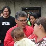 Francisco Garcés, está evaluando la situación en la zona para solventar el problema estructural de los lugares que han sido afectados por el desbordamiento de las quebradas